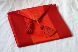 Běhoun - červený dekorační úzký ubrus s květinovým motivem