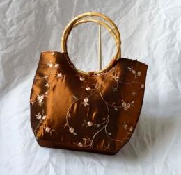 Dámská brokátová kabelka hnědé barvy s vyšíváním