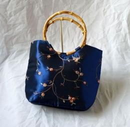 Dámská brokátová kabelka modré barvy s vyšíváním