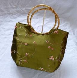 Dámská brokátová kabelka zelené barvy s vyšíváním