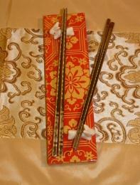 Dárková sada jídelních hůlek pro dva ve zlatě zdobené  krabičce