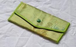 Peněženka světle zelená s vyšíváním