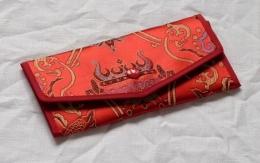 Pněženka červená s vyšívaným motivem štěstí