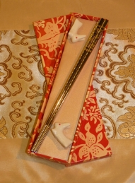 Sada jídelních hůlek pro dva v červené dárkové krabičce