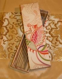 Set čtyř párů kovových jídelních hůlek ve zdobené krabičce