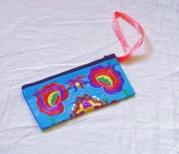 Tyrkysová hedvábná taštička s barevným vyšíváním