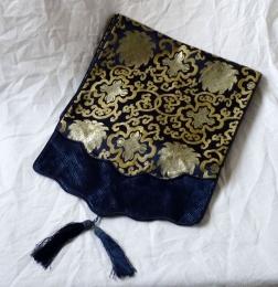 Běhoun - tmavě modrý dekorační úzký ubrus s vyšívaným motivem