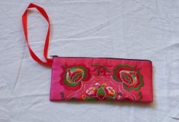 Růžová hedvábná taštička s barevným vyšíváním